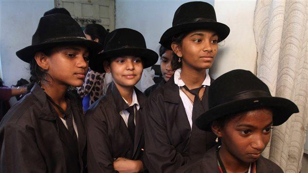 De jeunes filles attendent de se faire maquiller pour participer au défilé annuel à Adipur en Inde.