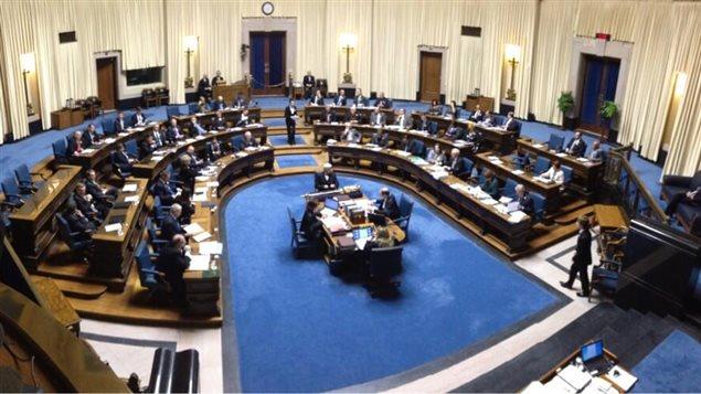 Les membres de l'Assemblée législative du Manitoba sont réunis pour le dépôt du budget, le 16 avril 2013, à Winnipeg.