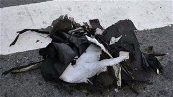 Des débris de nylon noir pouvant provenir d'un sac ayant servi à transporter l'une des bombes.
