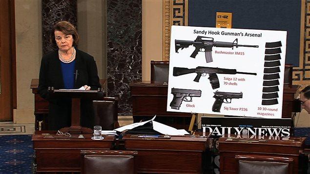 La sénatrice démocrate Dianne Feinstein parlant du contrôle des armes.