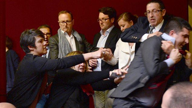 Un militant opposé au mariage gai est expulsé des tribunes de l'Assemblée nationale.