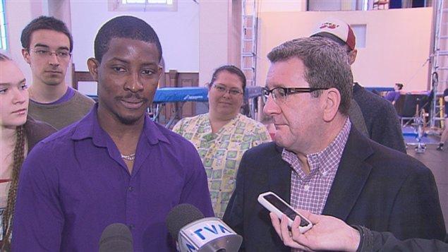 Le maire Régis Labeaume vient en aide à Ibrahim Soumahoro.