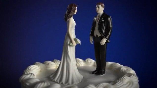 Un mari oublie sa nouvelle femme après avoir fait le plein dessence ...