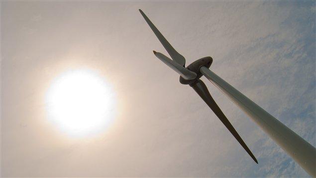Une éolienne en Ontario.
