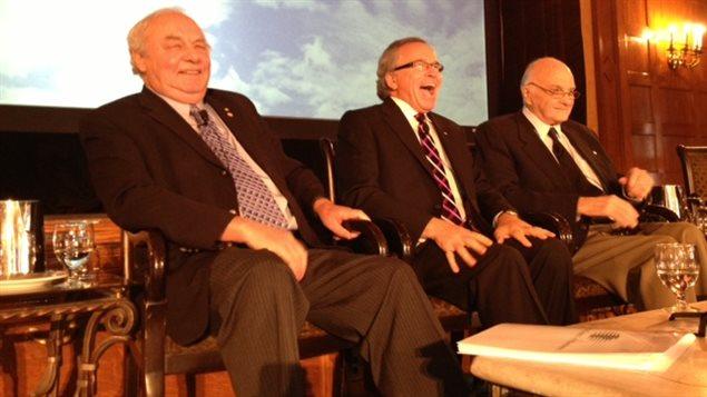 De gauche à droite, les anciens premiers ministres manitobains Ed Schreyer, Gary Filmon et Howard Pawley sont réunis lors d'un sommet sur l'avenir de la province, le 9 mai 2013 à Winnipeg.