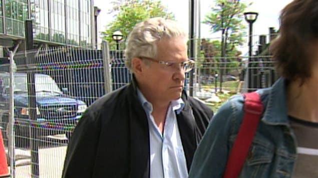 Tony Accurso à la sortie du quartier général de la SQ de la rue Parthenais à Montréal, jeudi