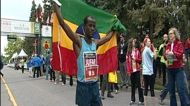 Tariku Jafar, un coureur originaire de l'Éthiopie a terminé la course en 2 heures, 8 minutes.