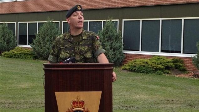 L'adjudant-maître John McDougall s'exprime lors de la levée du drapeau de la fierté gaie à la base des Forces canadiennes à Edmonton, le 7 juin 2013.