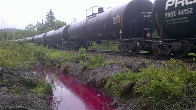 Un déversement d'environ 13 000 litres de diesel s'est produit lors du déraillement d'un train près de Lac-Mégantic.