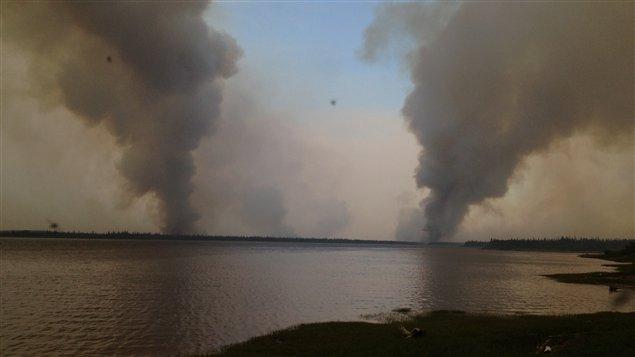 D'immenses colonnes de fumée s'échappent du feu de fôret près du village d'Eastmain.