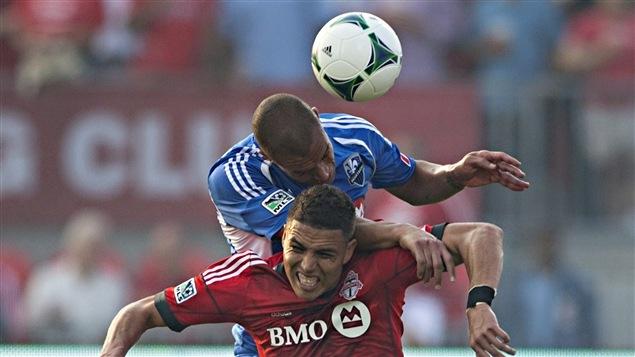 Luis Silva du Toronto FC et Matteo Ferrari de l'Impact de Montréal