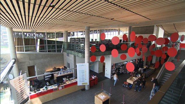 Le hall d'entrée de la Bibliothèque du Boisé, dans l'arrondissement Saint-Laurent