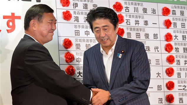 Shinzo Abe, premier ministre du Japon (à droite) et Shigeru Ishiba, président du Parti libéral démocrate (à gauche) le 21 juillet à Tokyo