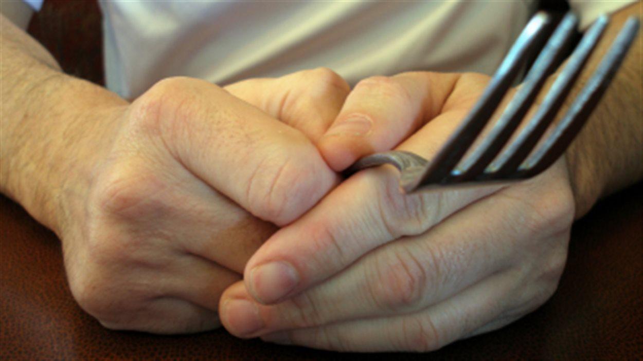 Un homme tient une fourchette dans ses mains
