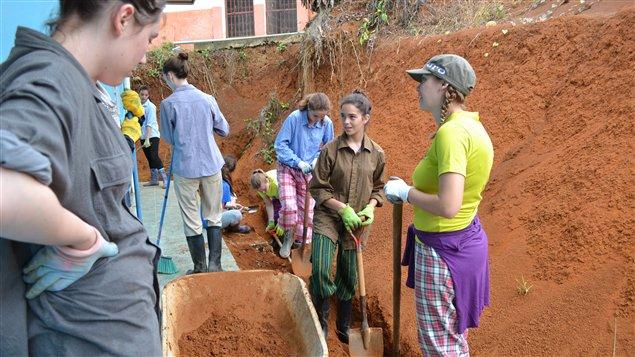 Les jeunes ont creusé un canal d'irrigation au Costa Rica /Photo de : Mi Hien Vuong