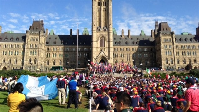 Près de 2000 jeunes scouts sont réunis sur la colline du Parlement à Ottawa.