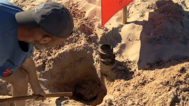 Le participant du concours des châteaux de sable des Îles, Léonard Chevrier, qui a découvert le sable noir