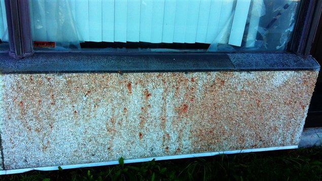 Ce qui semble être du sang de porc été versé sur la façade de la mosquée