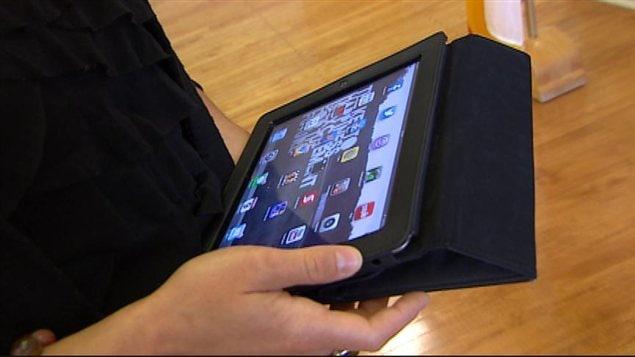 Une professeure de l'École technique et professionnelle de l'Université de Saint-Boniface tient une tablette électronique le 9 septembre 2013.