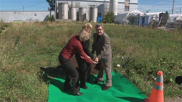 Première pelletée de terre pour lancer les travaux de Pointe-aux-Lièvres