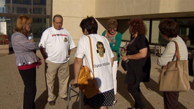 Des proches des victimes d'actes criminelles au palais de justice lors d'une comparution de Travis Baumgartner