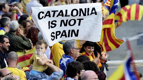 Ils étaient des centaines de milliers à sortir dans la rue comme à Barcelone pour prendre part à la chaîne humaine réclamant un referendum pour l'indépendance de la Catalogne.