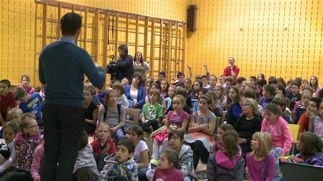 Jasmin Roy a présenté la série documentaire Intimidés aux élèves du secteur Le Bic.