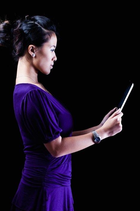 Une femme lit un livre électronique