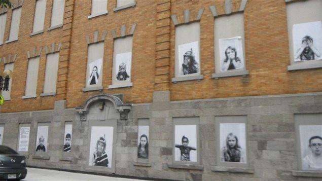 Façade de l'école avec des photos d'élèves