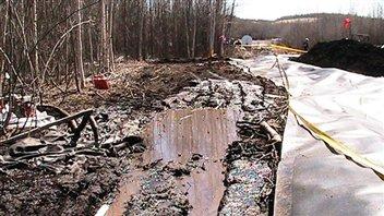 Des employés d'Enbridge nettoient le déversement du pipeline Norman Wells survenu en 2011 près de Wrigley dans les Territoires du Nord-Ouest.