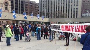 À Toronto, plusieurs dizaines de personnes ont manifesté contre des projets de pipelines étudiés en Ontario.