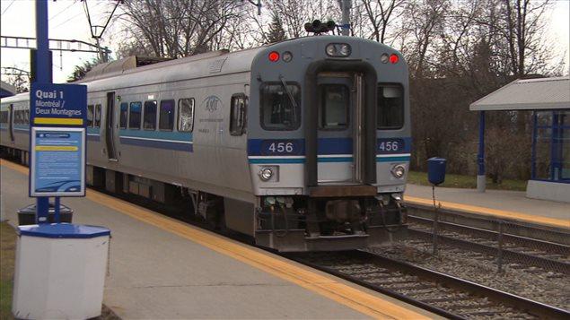 Un train entre en gare sur la ligne Deux-Montagnes.