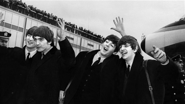 John Lennon, Ringo Starr, Paul McCartney et George Harrison à  l'aéroport de New York en 1964.