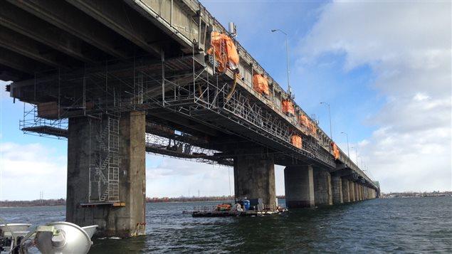 Photographie prise d'une barge sous le pont Champlain