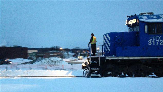 Une locomotive de la MMA traverse Lac-Mégantic pour la première fois depuis le drame.