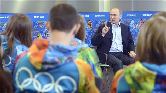 Vladimir Poutine rencontre des bénévoles  des prochains Jeux de Sotchi.