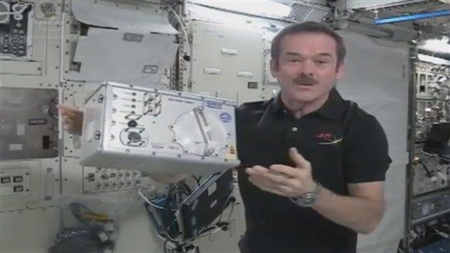 Chris Hadfield et le Microflow dans l'espace