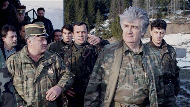 Radovan Karadzic, (d) ancien  président autoproclamé des Serbes de Bosnie, et Ratko Mladic, (g) ancien chef militaire des forces séparatistes bosno-serbes en avril 1995.