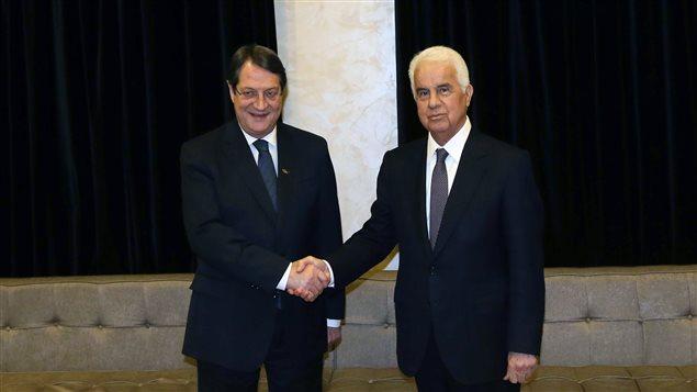Le leader de la partie grecque de Chypre, Nicos Anastasiades, et son homologue turc Dervis Eroglu