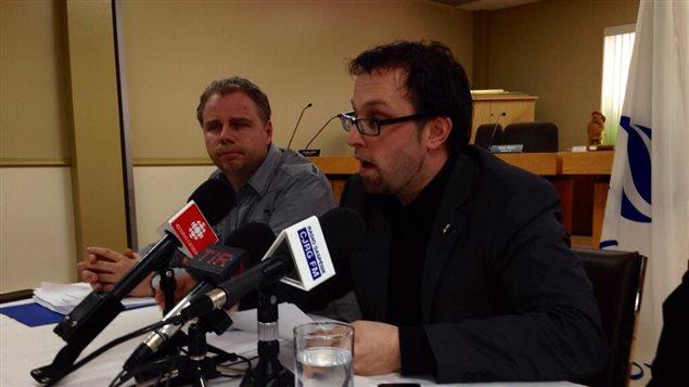 Le maire de Gaspé, Daniel Côté, en conférence de presse jeudi