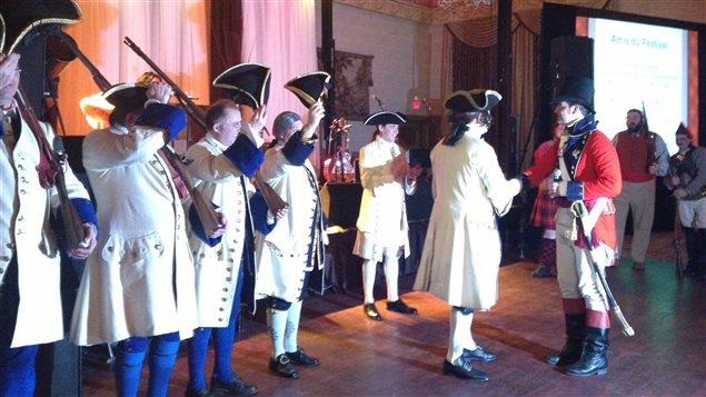 Les soldats bénévoles de la Compagnie de La Vérendrye ont reçu le capot honorifique du Festival du Voyageur le samedi soir 15 février 2014, durant le bal du gouverneur à l'Hôtel Fort Garry à Winnipeg.