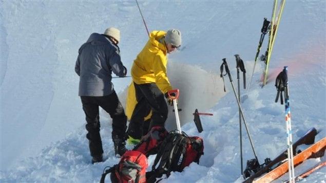Une équipe de l'Association des avalanches du Yukon examine le manteau de neige afin de déterminer les risques d'avalanches.