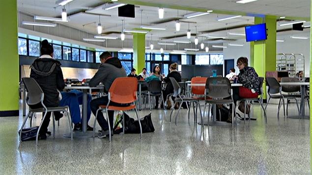 Des étudiants dans la cafétéria du Cégep de l'Outaouais.