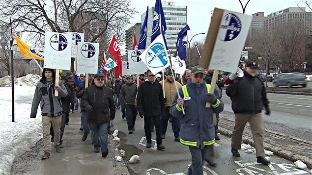 Des travailleurs de l'industrie du ciment manifestent à Montréal.