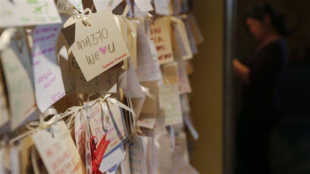 Des messages de condoléances ont été épinglés à Kuala Lumpur pour les familles des passagers du vol MH370, le 22 mars 2014.