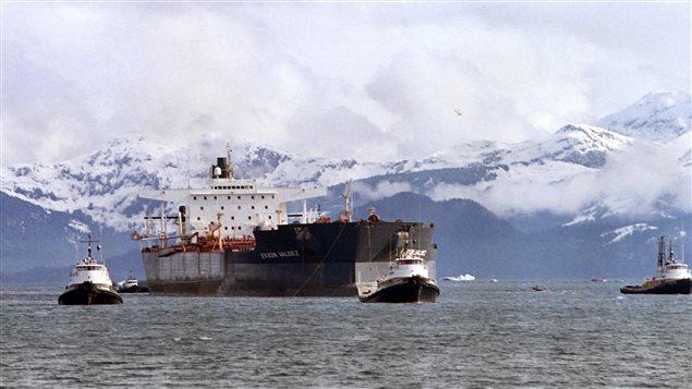 Le pétrolier Exxon Valdez est remorqué.