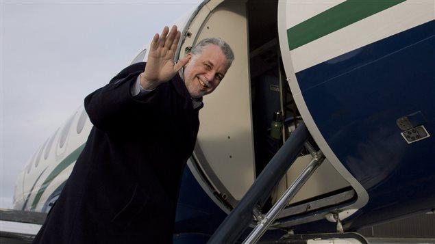 Le chef libéral Philippe Couillard monte dans son avion lors du dernier jour de campagne