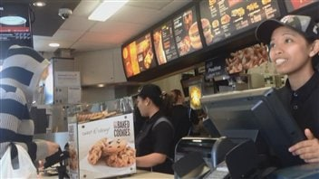 Des employés canadiens de cette franchise de McDonald's à Victoria se plaignent parce que leurs heures de travail diminuent pendant que celles de travailleurs étrangers temporaires philippins augmentent.