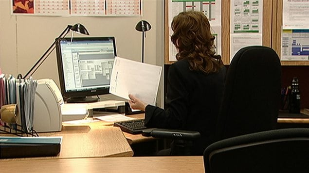 Une fonctionnaire fédérale dans son bureau (archives)