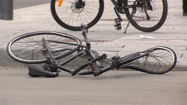 Le vélo de la cycliste happée par un camion au centre-ville de Montréal, le 8 mai